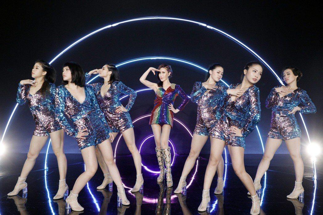 利菁(中)「看我看我」MV秀纖細美腿。圖/伊林娛樂提供