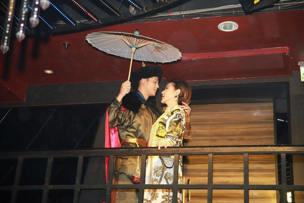 利菁(右)和黃旭上演宮廷戲。圖/伊林娛樂提供