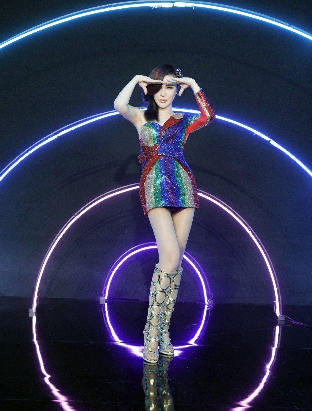 利菁「看我看我」MV秀纖細美腿。圖/伊林娛樂提供