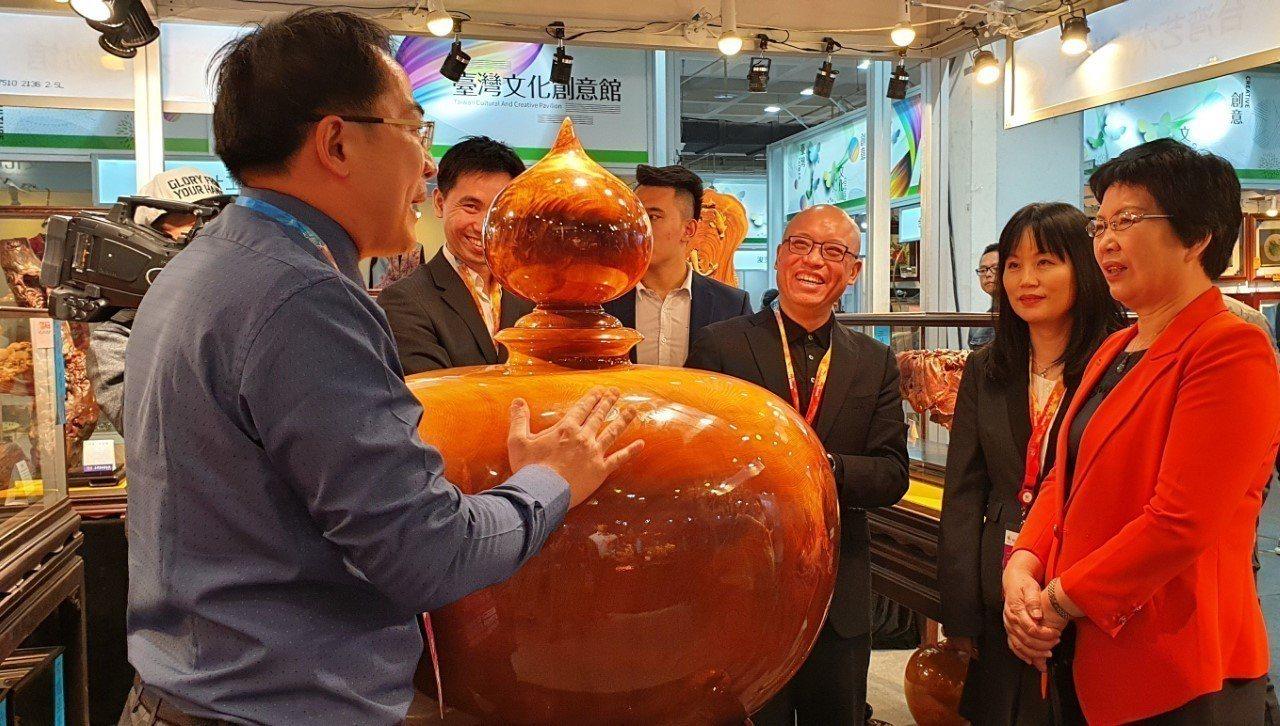 北京市貿促會會長李露霞(右1)參觀「臺灣文化創意館」。貿協 /提供