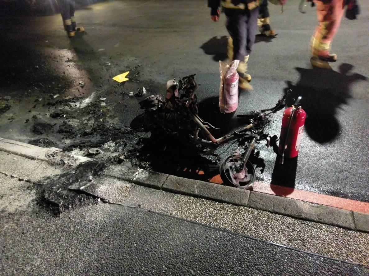 機車起火燃燒後,變成一堆廢鐵。記者林昭彰/翻攝