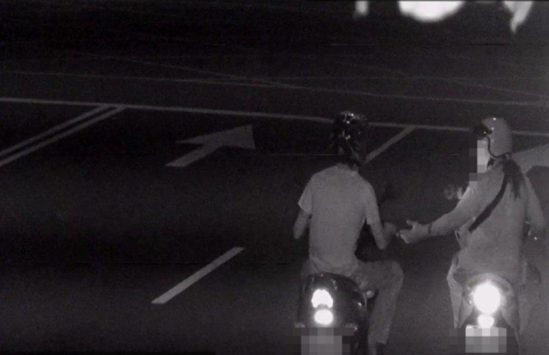 警方從監視器面發現曾嫌(圖左)騎機車與另名騎友人聊天,猜測曾可能躲在該友人鳳山住...