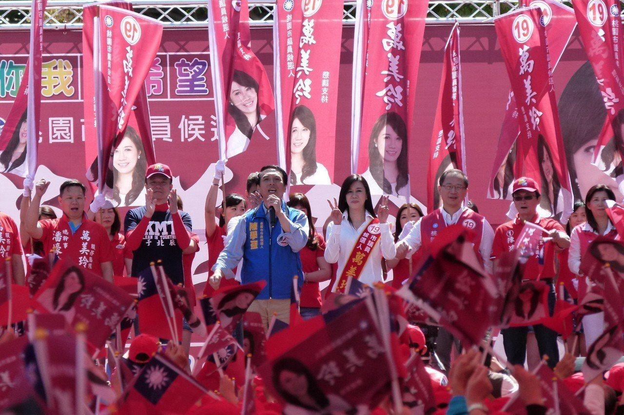 桃園市長候選人請陳學聖(左3)、立委吳志揚(右3)助選時也呼籲全力支持市長選情。