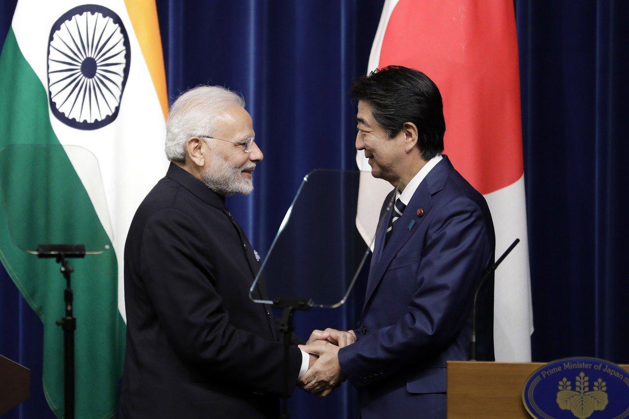 印度總理莫迪(左)今天與日本首相安倍晉三舉行會談。(歐新社)