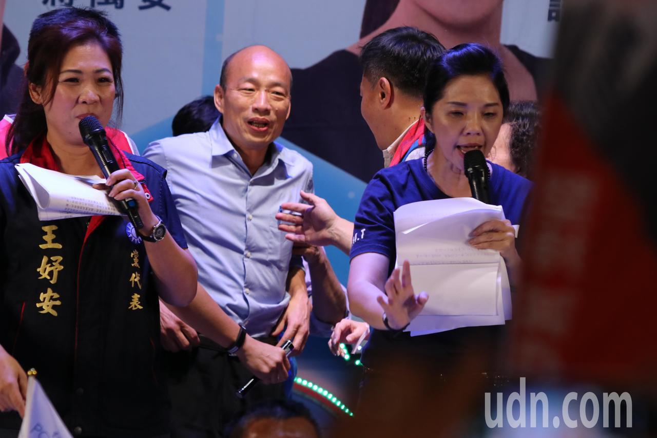 國民黨高雄市長候選人韓國瑜(中)受到台南鄉親熱烈歡迎,險些被擠到到襯衫鈕扣都快掉...