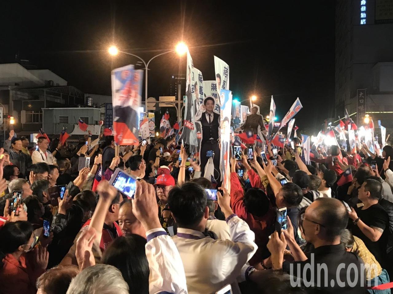 國民黨高雄市長候選人韓國瑜受到台南鄉親熱烈歡迎。記者綦守鈺/攝影