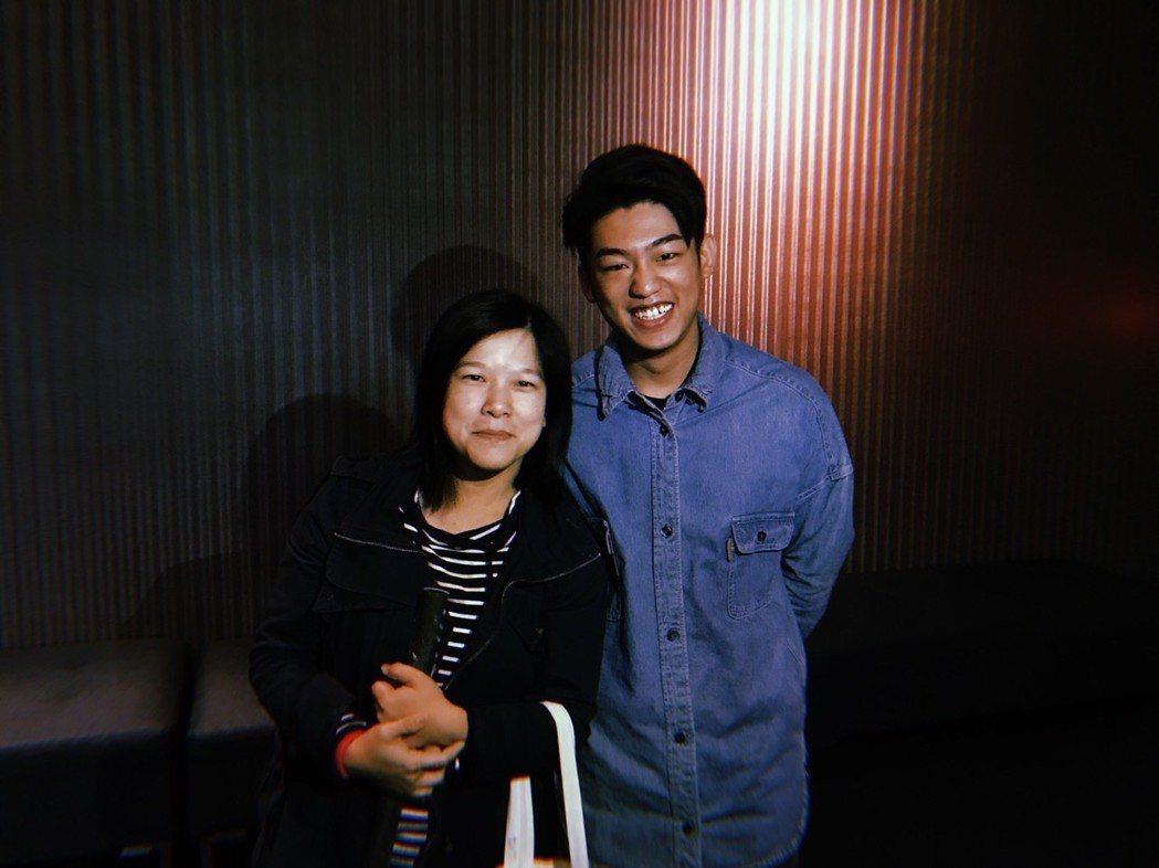 入圍金馬獎新演員的謝章穎遇到國中恩師。圖/牽猴子提供