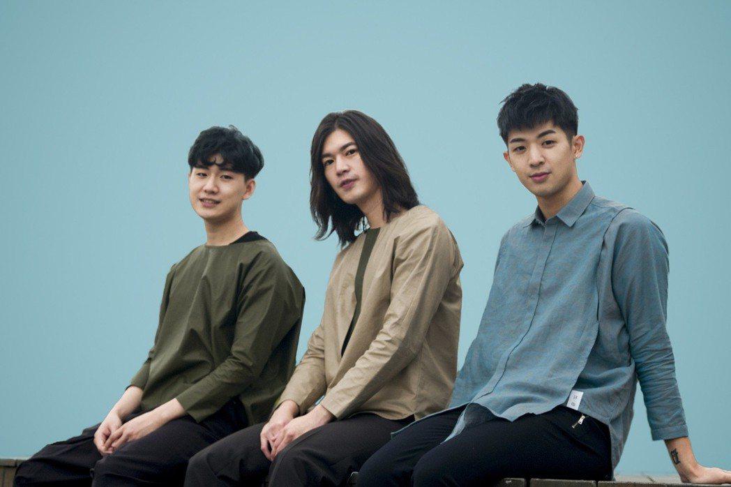 林亭翰(右起)和楊影、周書彥組成限定男團。圖/青田音樂提供