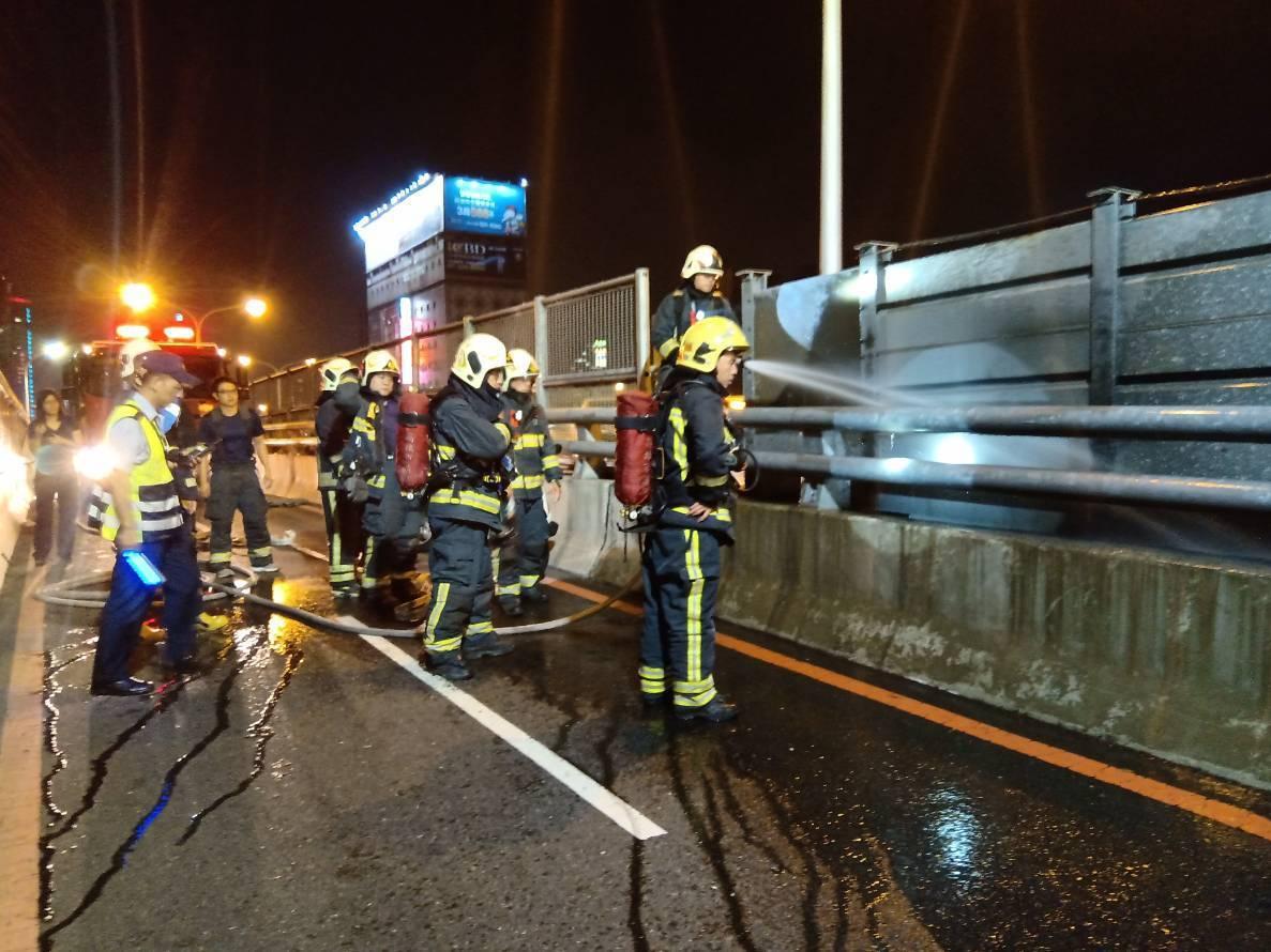 警方今晚6點獲報三民區民族陸橋發生火警,警消到場發現機車道與快車道縫隙間有堆積物...