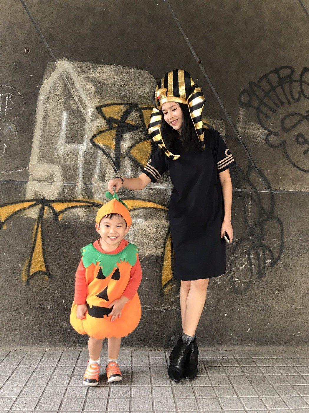 張家慧幫兒子穿上超萌南瓜裝。圖/周子娛樂提供