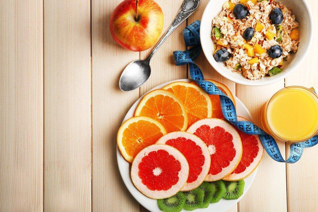 服用史他汀類藥物不宜吃葡萄柚,若吃燕麥片應間隔兩小時。 圖╱本報資料照片