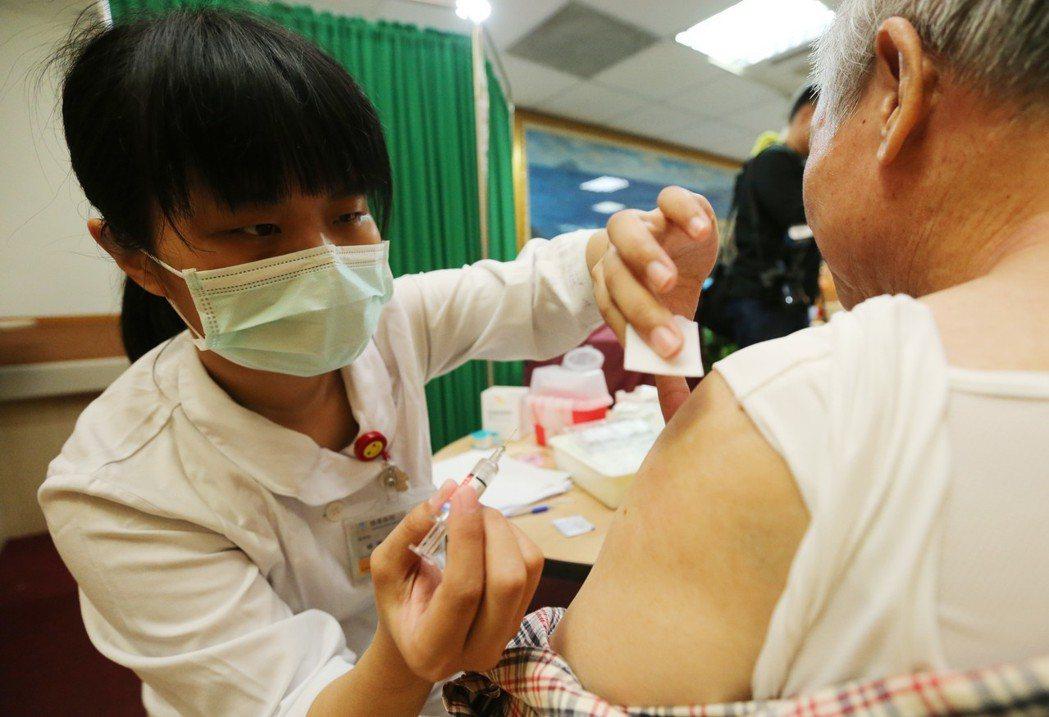 公費流感疫苗開始施打,不少流感高風險群眾,前往接種疫苗。 圖/聯合報系資料照片