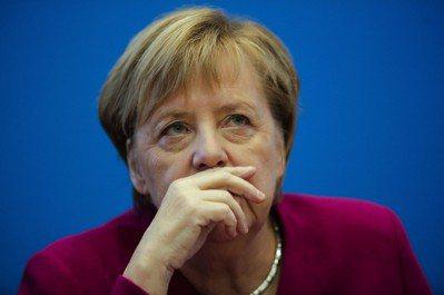 德國總理梅克爾廿九日在柏林宣布不再爭取續任基民黨黨魁,但將把這屆總理任期做滿。(...
