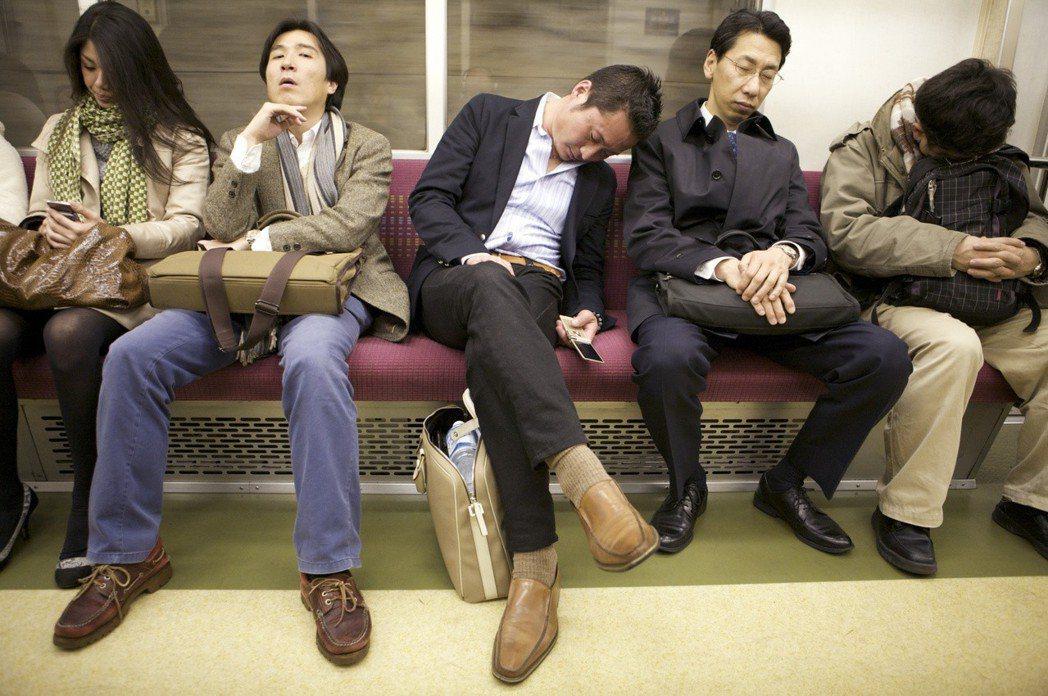 日本地鐵裡打瞌睡的上班族。圖/資料照片