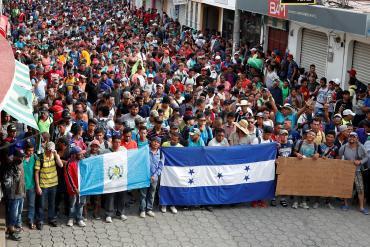 圖為中美洲移民大軍日前在墨西哥城鎮整隊朝美國出發情形。 (路透)