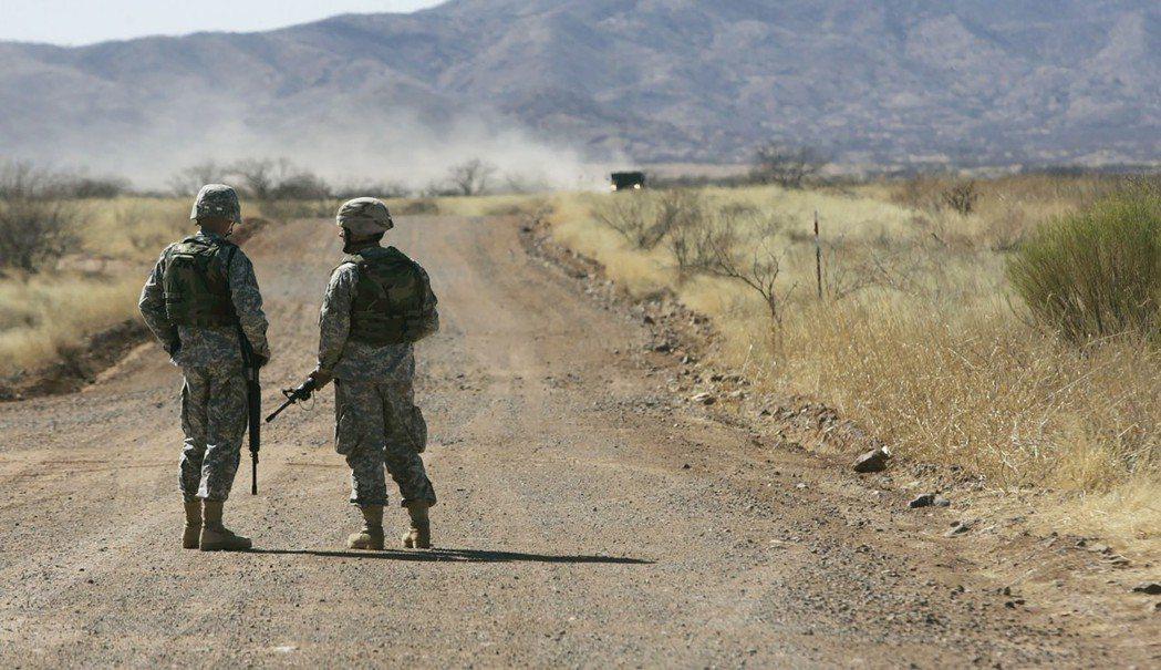 除現役軍人外,美國也已部署國民兵駐守邊境。 (美聯社)