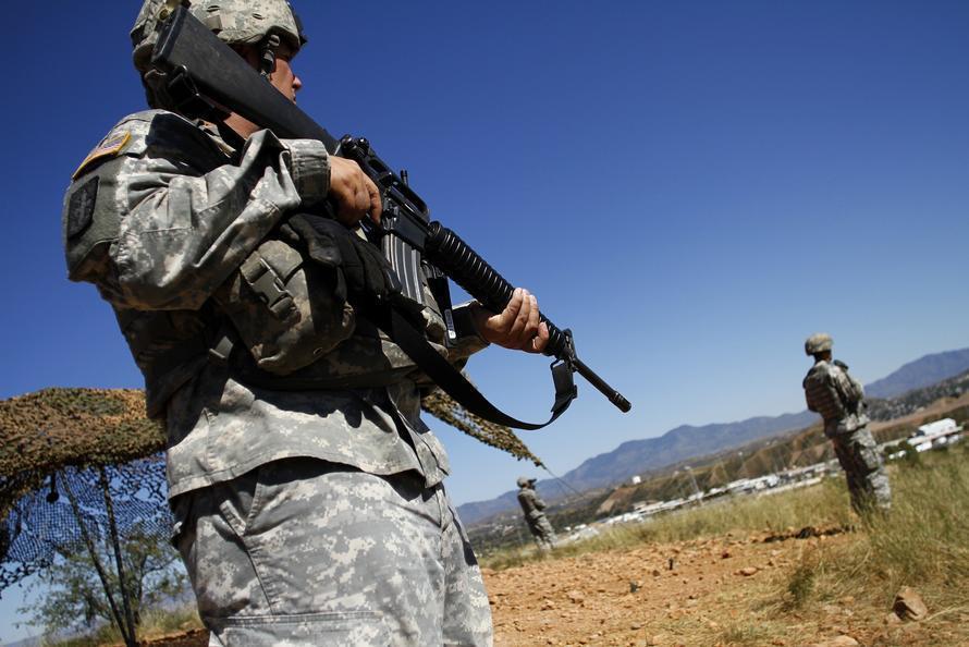 美軍雖有武裝配備,但在邊境上不能執法逮捕移民。 (美聯社)