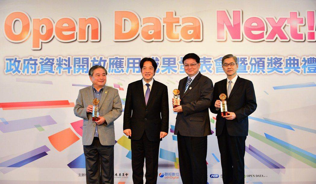 行政院長賴清德與開放資料獎項獲獎單位代表合影。 國發會/提供