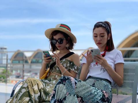 近日Lulu與曾莞婷一起到出國錄外景節目,兩人分別在社群上分享了不少美照,Lulu還笑稱曾莞婷是臭臉閨蜜,網友也很意外兩人竟然是好閨蜜。Lulu與女神曾莞婷近來到菲律賓宿霧錄「閨蜜愛旅行」節目,兩人...