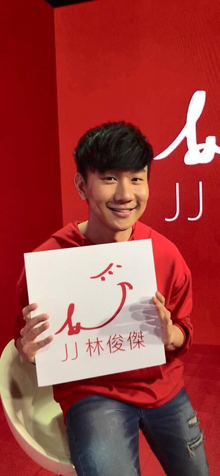 林俊傑招牌笑容總是帶著酒窩。圖/擷自臉書。