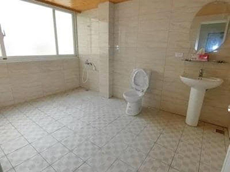 一名房仲業者分享了一間透天厝的衛浴照,約3坪大的寬敞空間讓馬桶都顯得渺小,吸引許...