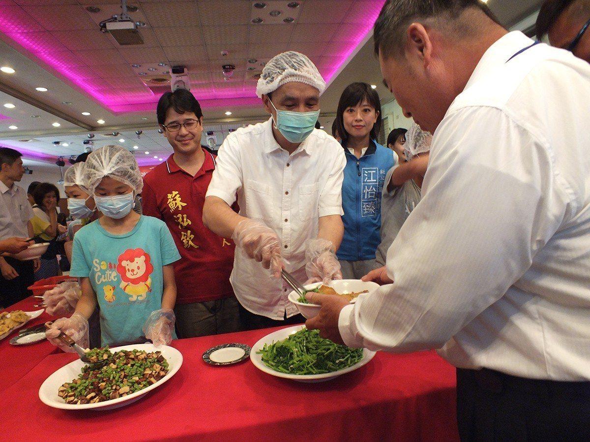新北市長朱立倫與學童共同打菜服務契作農友,感謝他們的辛勞。 圖/新北市政府 ...