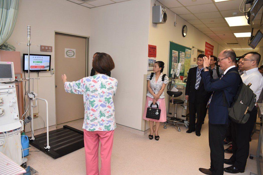 高雄榮總台南分院展示洗腎室內部執行計畫的成果。 黃啟銘/攝影。