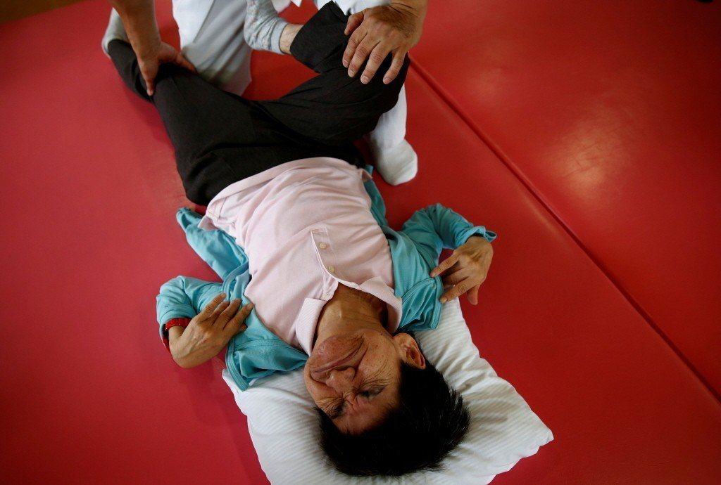 一名水俁病患者在熊本市一間醫院接受復健療程。 圖/路透社