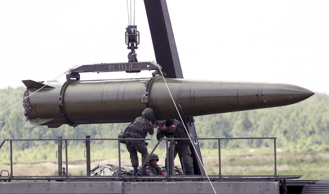 俄羅斯為何執意發展新的GLCM呢?圖為俄兵正在裝載伊斯坎德短程彈道飛彈。 圖/路...