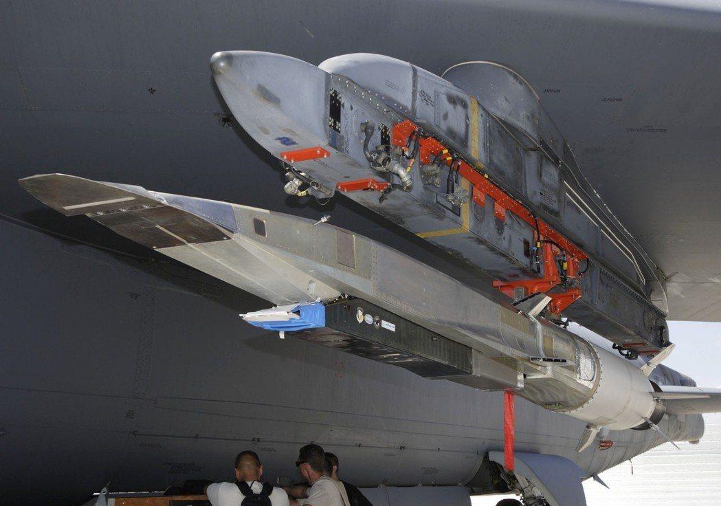 俄國也曾批評美國以海軍與空軍作為掩護,發展亦可適用於地面發射導彈的極音速武器。美...