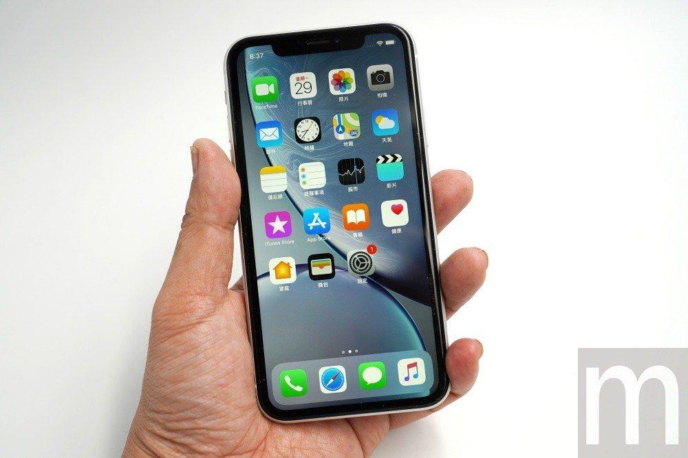 6.1吋螢幕大小,由於採全尺寸螢幕設計,因此對一般男生手掌持握並不會覺得太大,而...