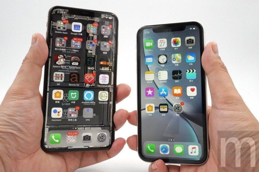 對比iPhone XS Max與iPhone XR (右)尺寸差異