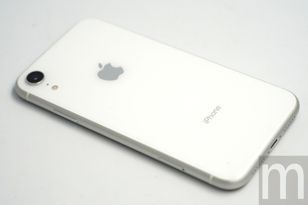 此次取得版本為白色款式,看起來其實與過往推出的iPhone 8有點類似,機身背面...