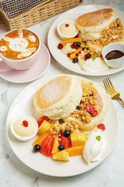 季節水果鬆餅320元(前)/季節水果鬆餅採半煎半蒸的繁複作法創造出蓬鬆口感與迷人...