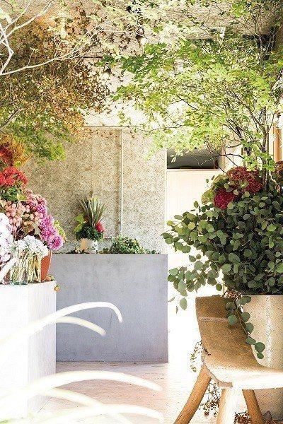 SOLSO首次開設的花店「ALL GOOD FLOWERS」就在一旁,提供各種精...