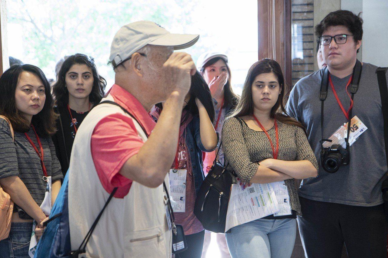 百年車站山佳車站內有台鐵文化志工,詳細位外國遊客介紹車站歷史。記者王敏旭/攝影