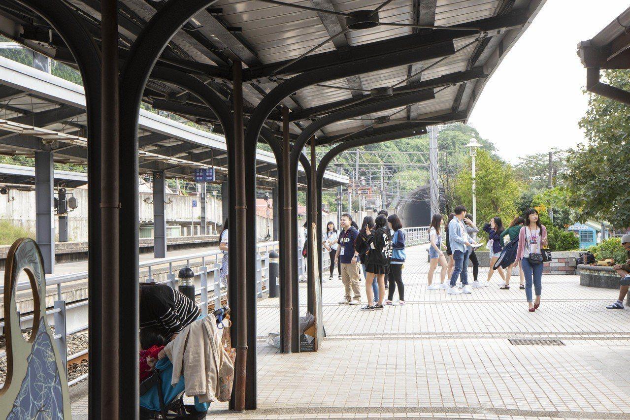 山佳車站內的遮雨棚骨幹就是廢棄鐵軌所製成,是遊客前往參觀的一大亮點。記者王敏旭/...