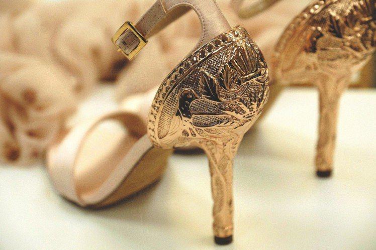 唐嫣訂製款Tracy鞋履有比翼雙飛的浮雕圖案。圖/Chloé提供