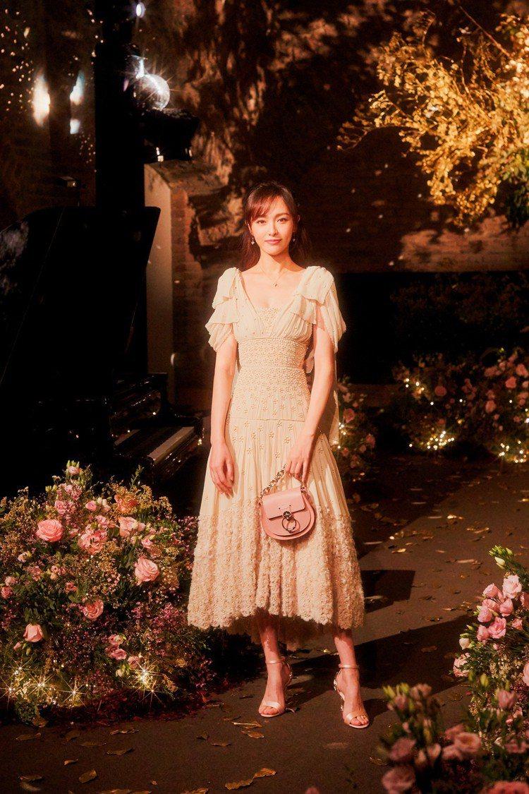 唐嫣身在婚禮前夕晚宴,身穿一整身訂製Chloé簡直花中精靈。圖/Chloé提供