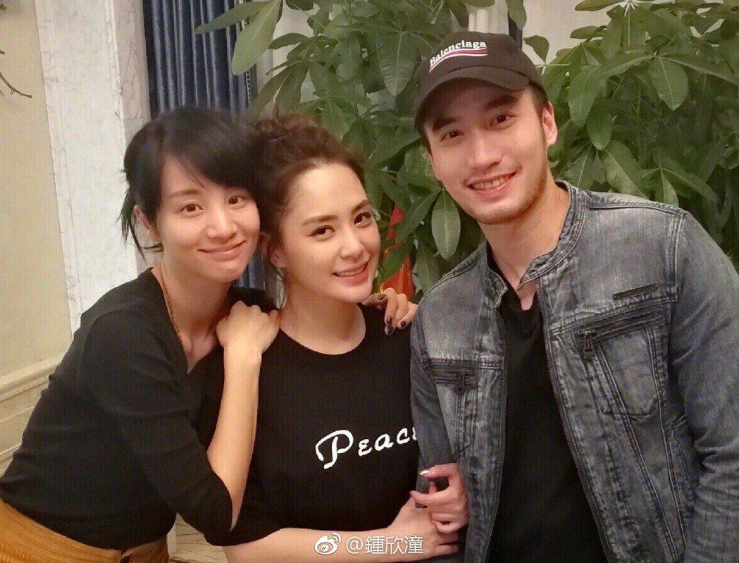 章齡之(左起)自爆陪阿嬌、賴弘國試婚紗。圖/摘自微博