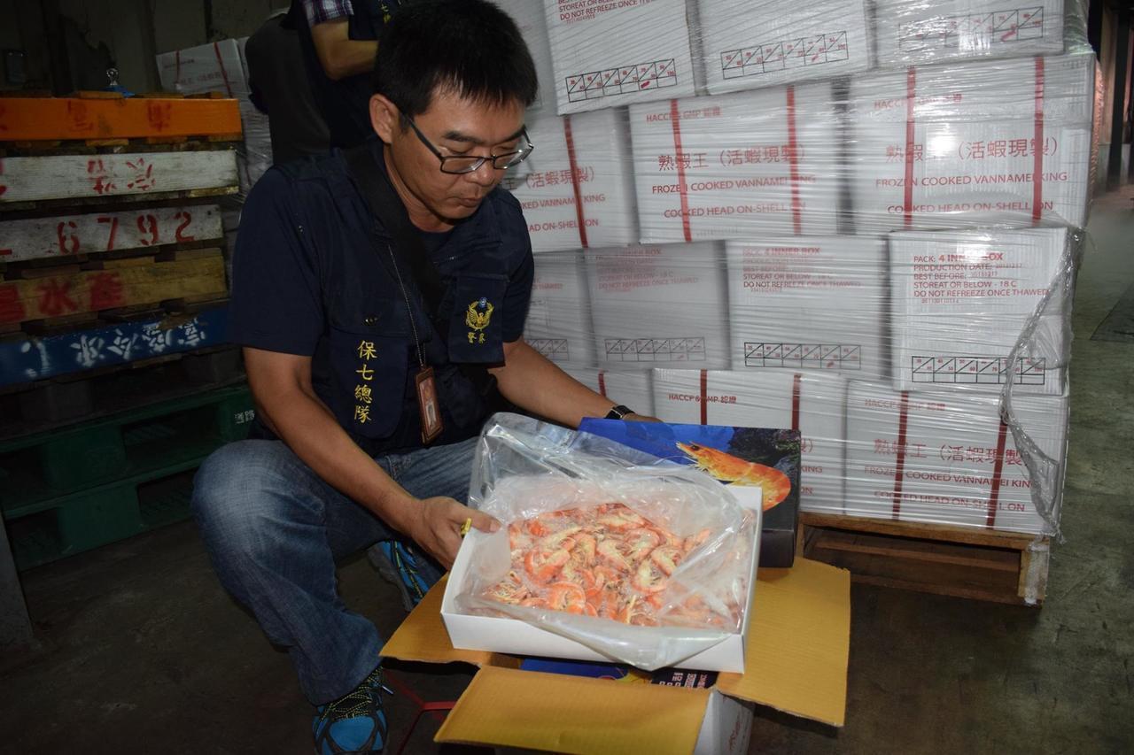 搜出大批逾期蝦類產品。記者林伯驊/翻攝