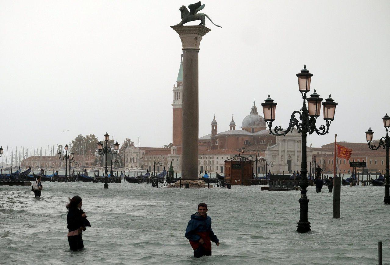 義大利29日遭到強風暴雨侵襲,威尼斯市區逾7成淹水,水位創下2008年以來新高點...
