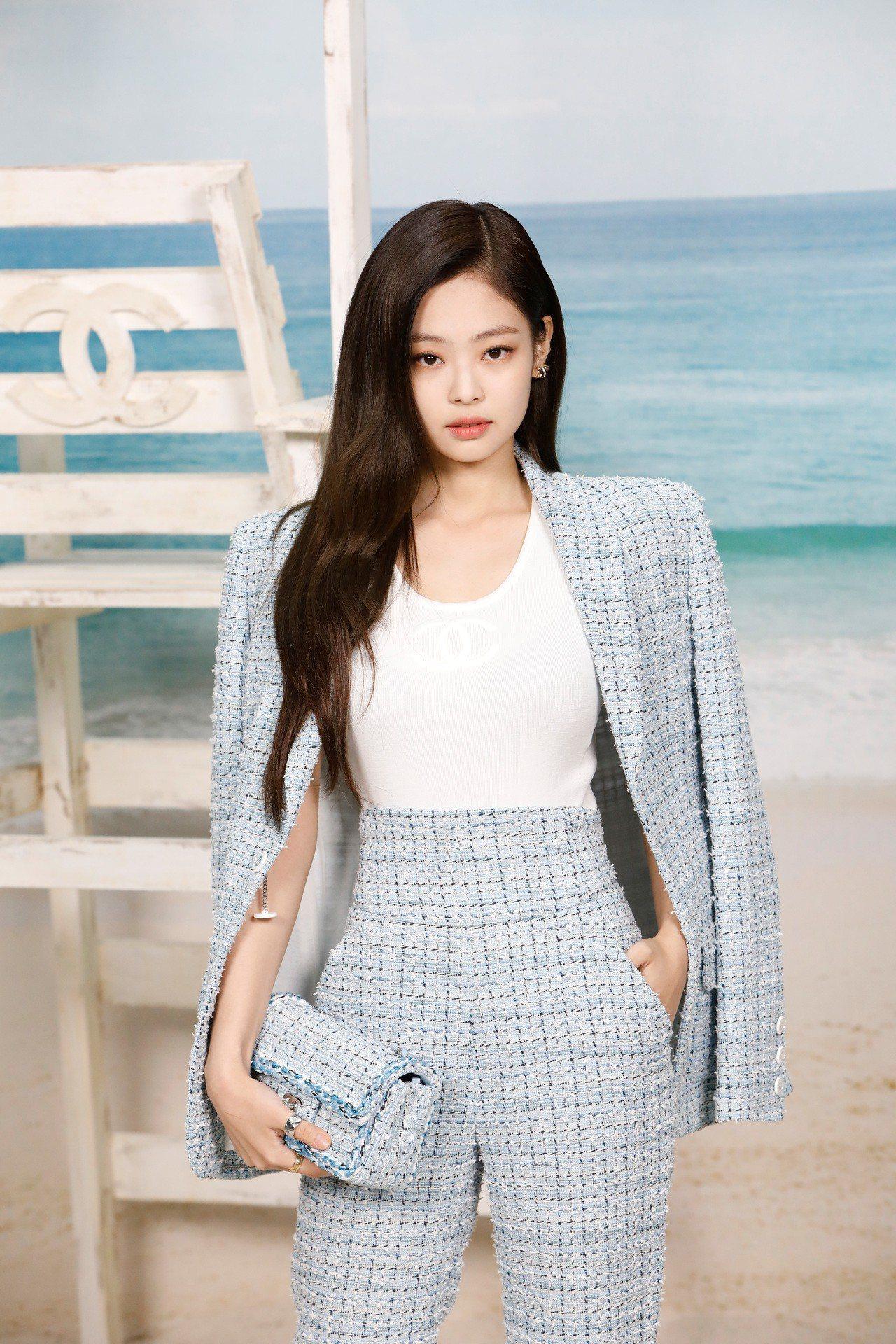 韓國女星Jennie KIM前陣子也以一模一樣的造型現身香奈兒2019春夏秀。圖...
