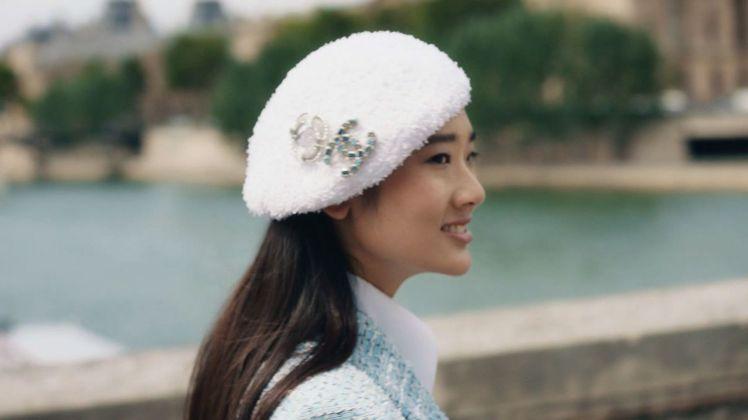 茱蒂蒙在香奈兒最新預告影片中穿著度假系列服裝漫步於巴黎塞納河畔,呼應泰式saba...