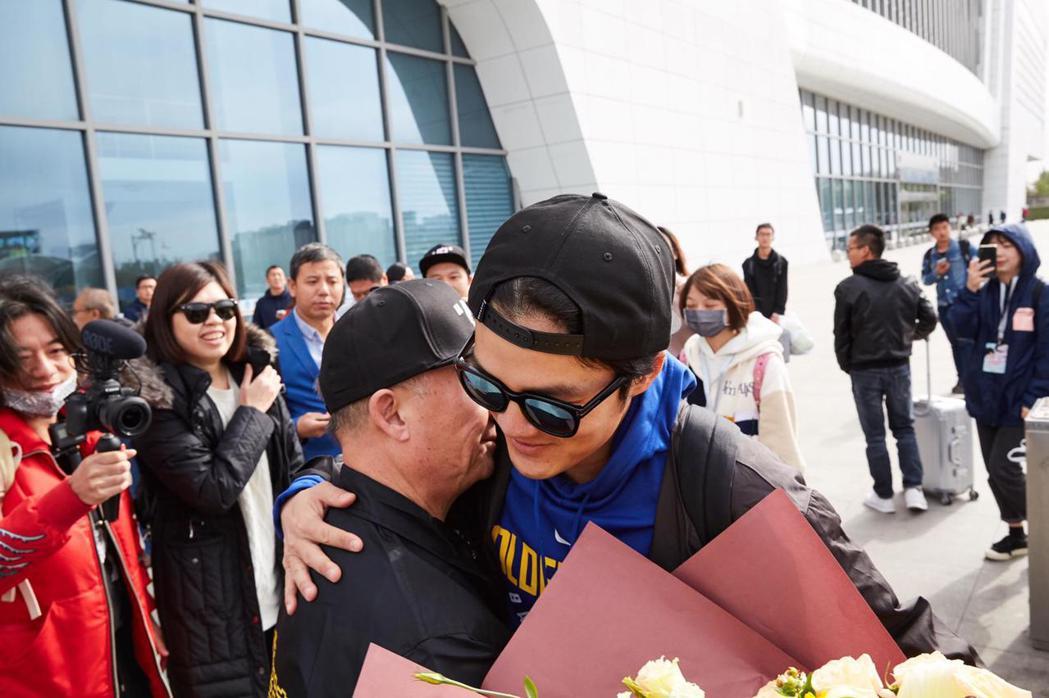 吳克群和爸爸擁抱。圖/和羣娛樂提供