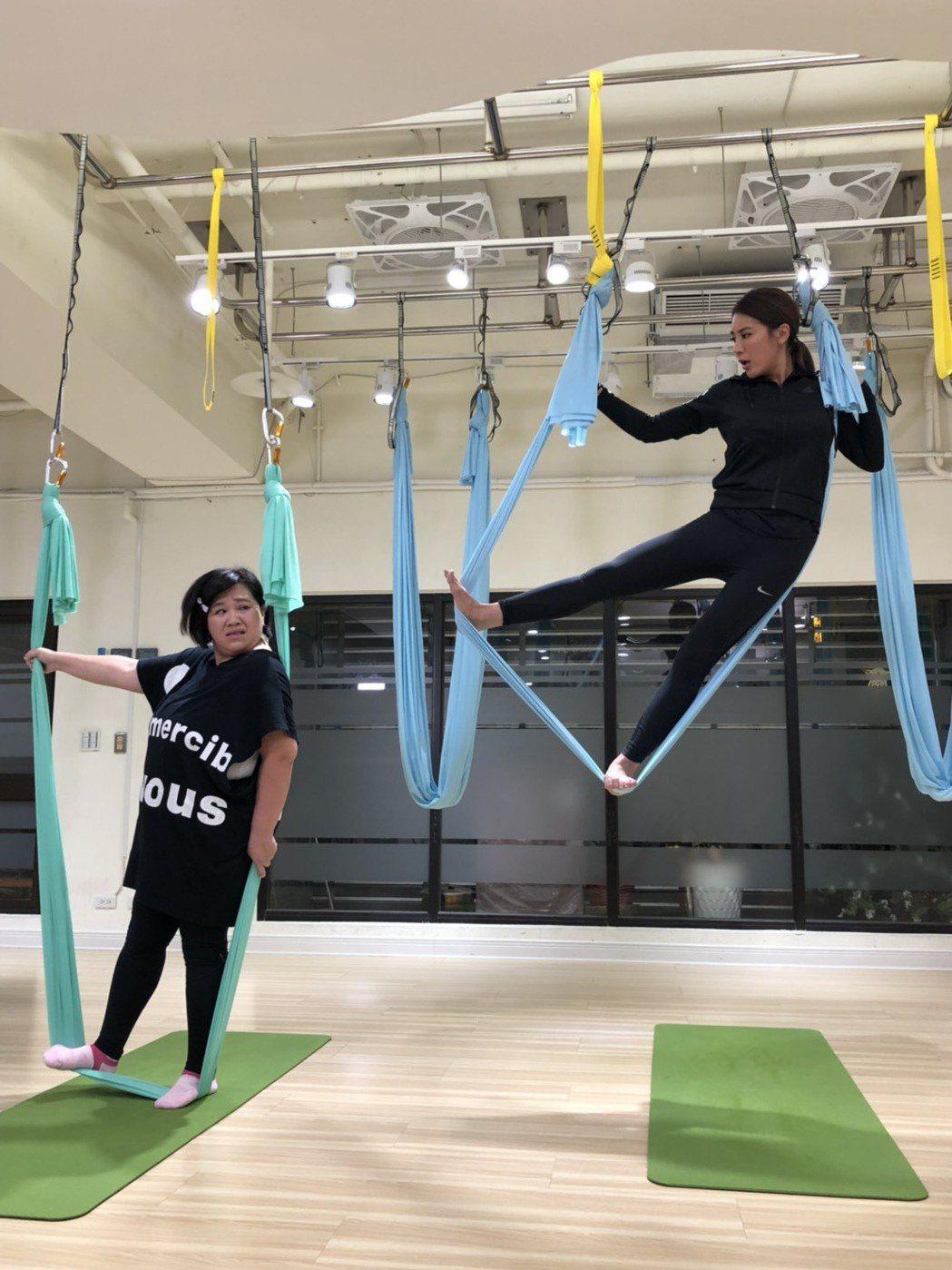 鍾欣凌(左)和小禎挑戰空中瑜珈。圖/民視提供