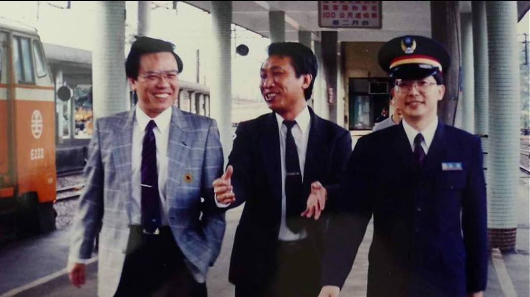 交通部次長張政源(左一)將接任台鐵局長,圖為張政源30年前在台鐵照片。圖/台鐵提...