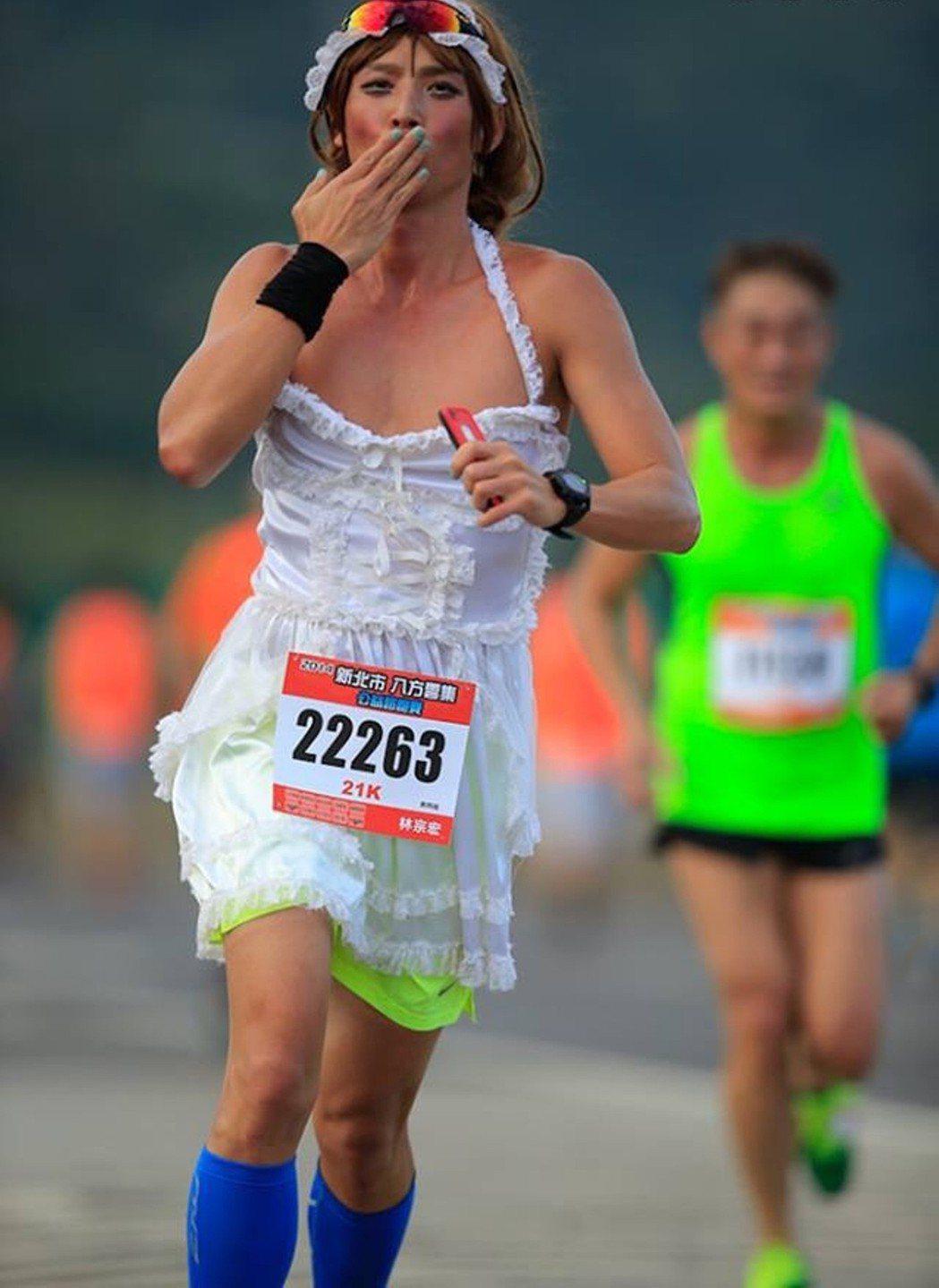 賴俊龍扮女僕跑馬拉松。圖/三立提供