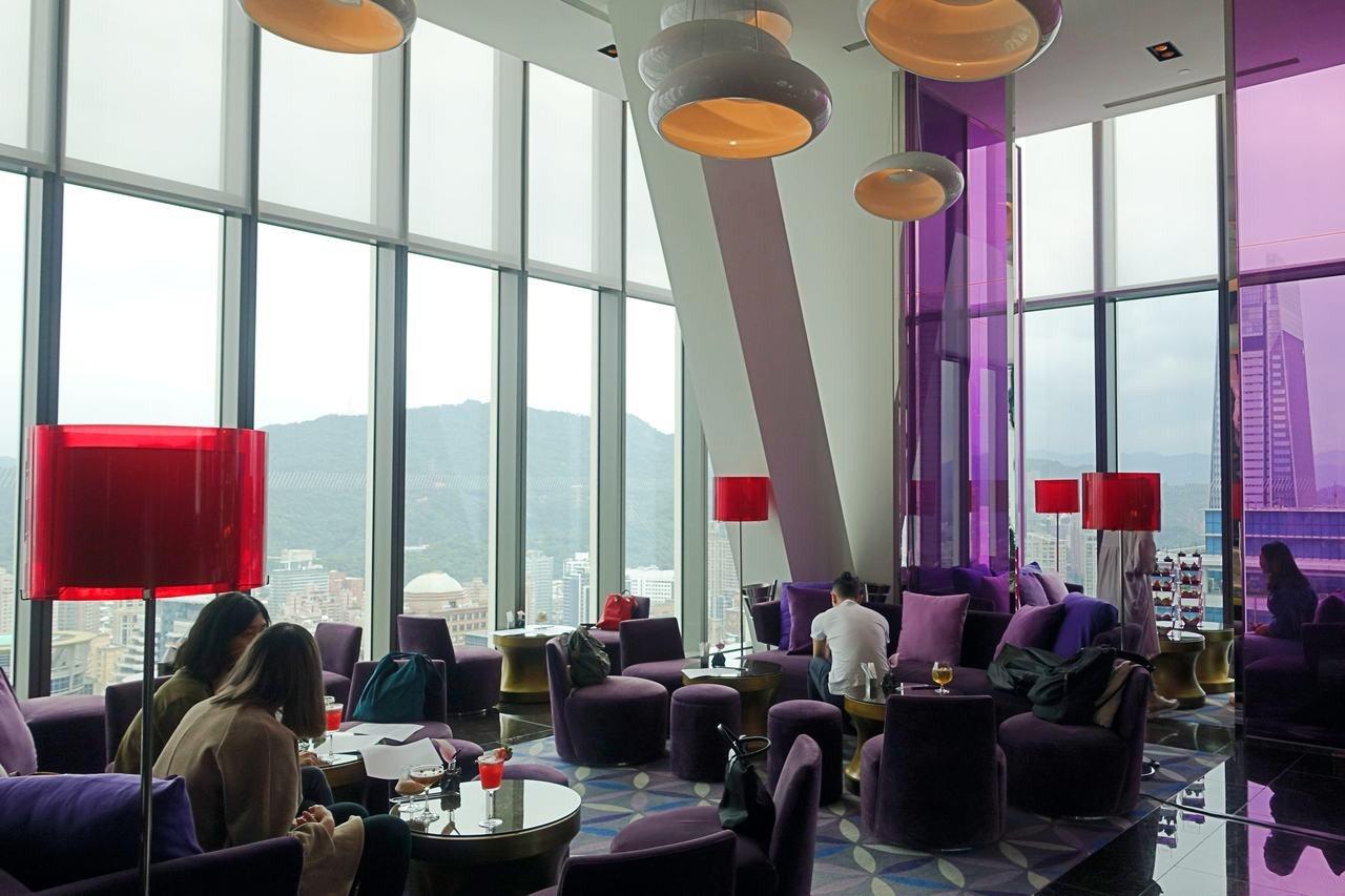 台北W飯店31樓紫艷酒吧可俯瞰台北市區、眺望台北101。記者沈佩臻/攝影
