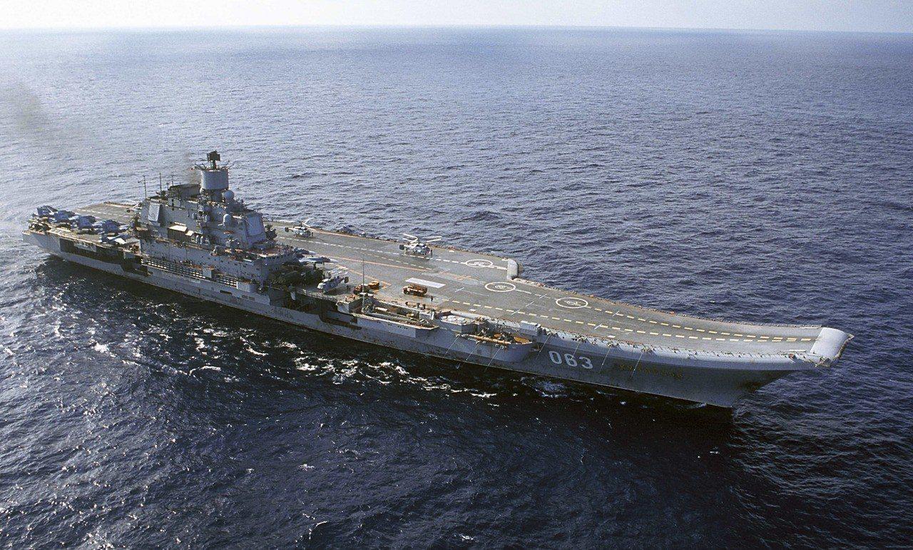 庫茲涅佐夫號是俄國唯一一艘航母,圖為2004年時航行於巴倫支海。(美聯社)